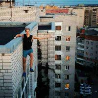 ロシアの若者に流行の高所で危険な「自撮」の末に転落死